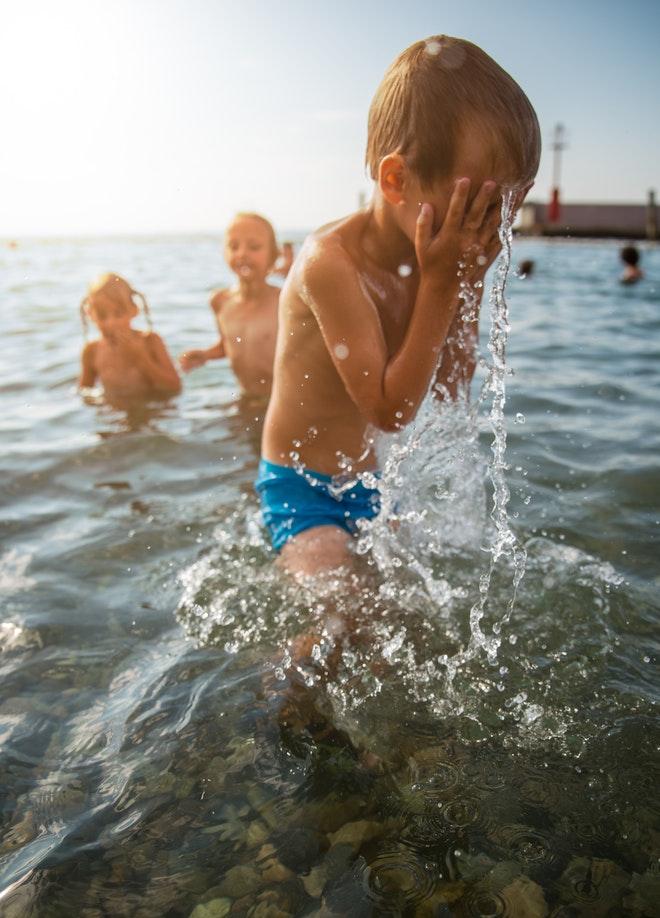 Des enfants se baignant au bord de la mer
