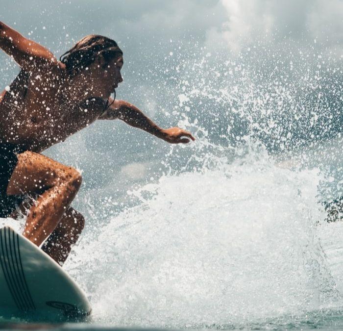 Un surfant profitant d'une vague