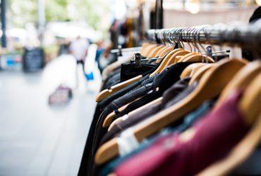 des vêtements dans un magasin