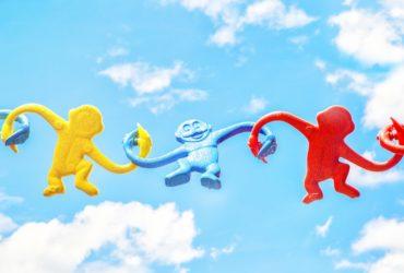 Trois singes gonflables colorées flottant dans les airs