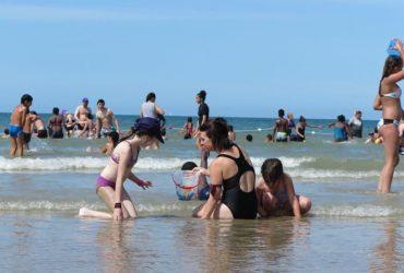 Des enfants jouant sur la plage de Deauville lors des vacances organisés par Secours populaire