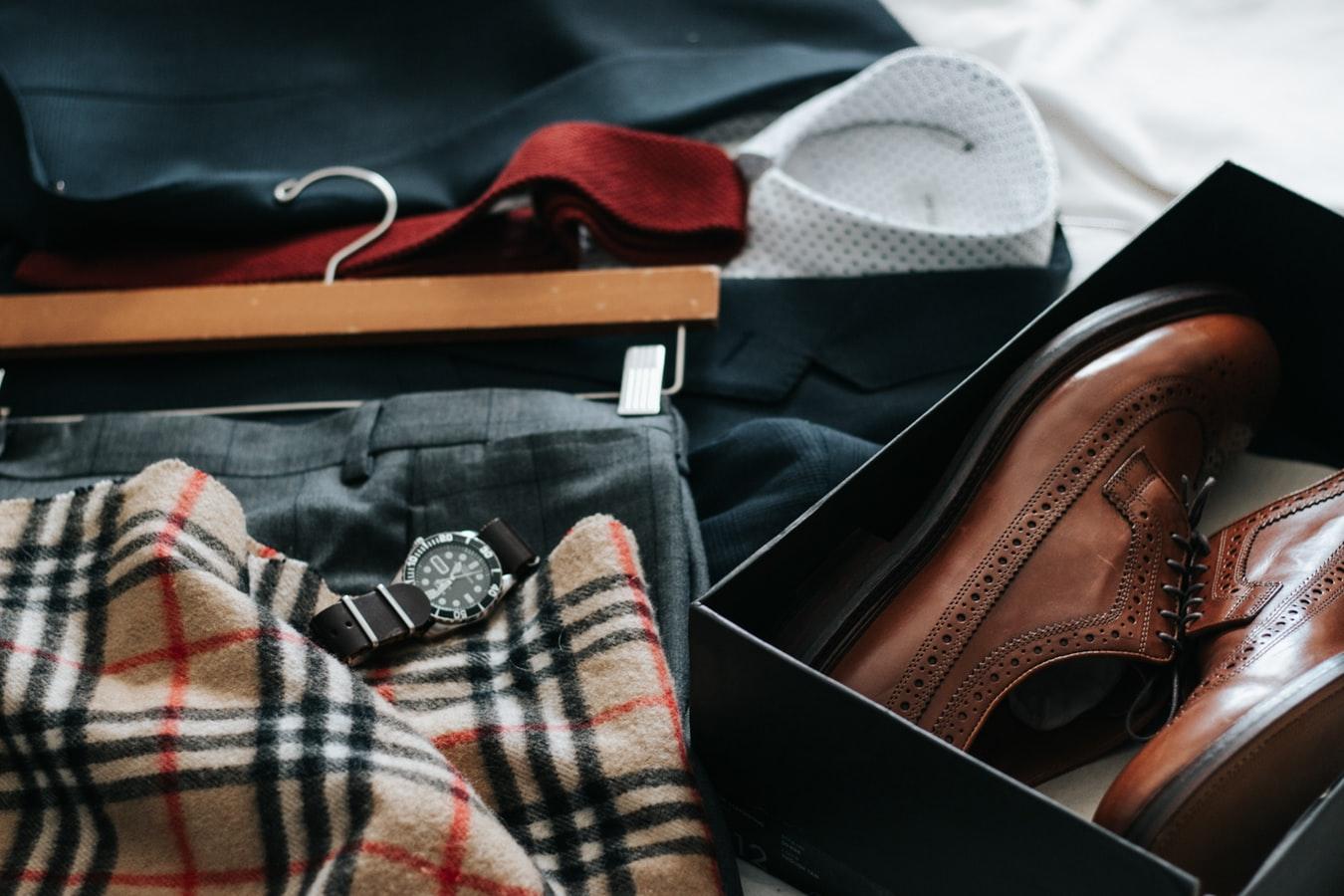 Des vêtements et des chaussures entassés sur une table