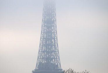 La Tour Eiffel sous un épais nuage de fumée