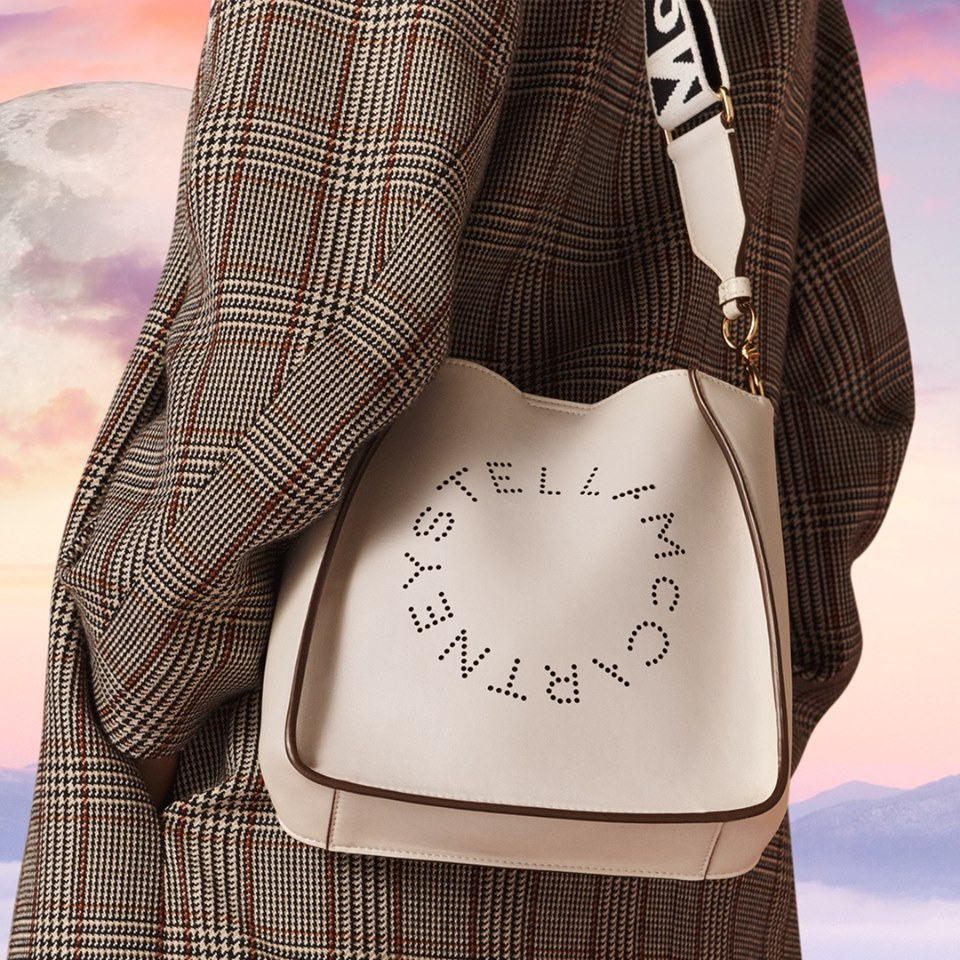 Le sac à main blanc Alter-Nappa et le mantea de la nouvelle collection Automne de Stella McCartney