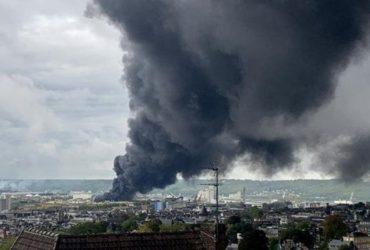 Une colonne de fumée s'échappant de l'usine Lubrizol , à Rouen, après l'incendie