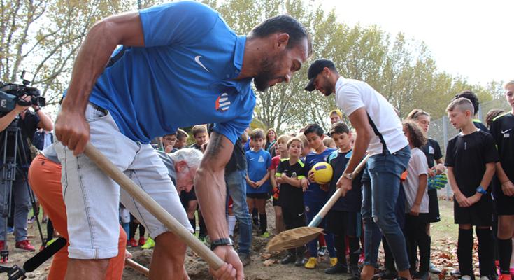 Pedro Mendes et Vitorino Hilton en plein planting d'arbres devant des enfants de centre de formation