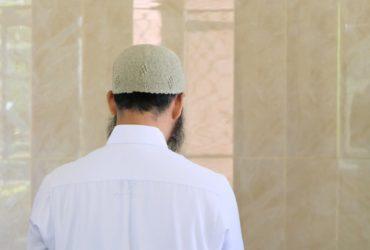Un musulman en prière dans une mosquée