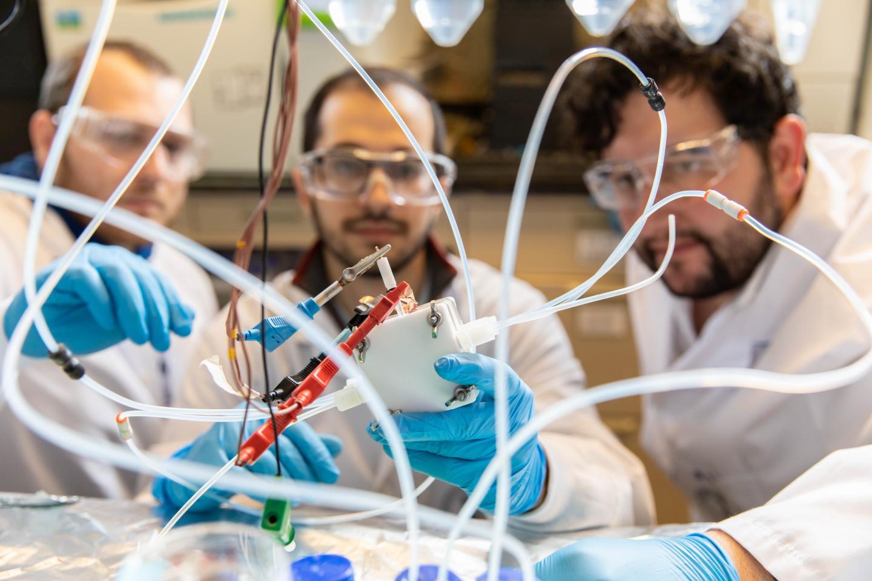 Les scientifiques de l'Université de Toronto en pleine demonstration des capacités de leur pile combustible.