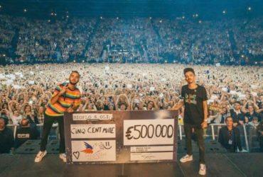 Biglo et Oli sur scène avec le chèque de 500.000 euros, lors de leur concert au Zenith de Toulouse, mi-février.