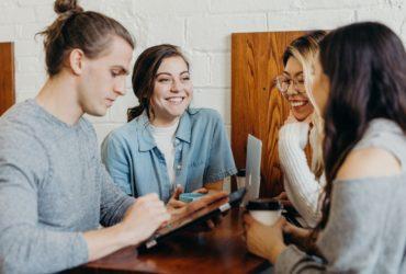 Trois femmes et un homme dans un bureau de travail.