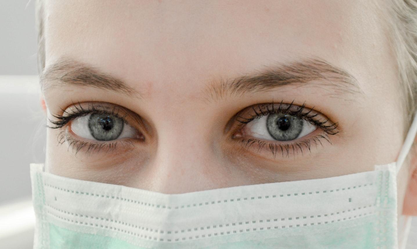 Une jeune femme avec un cache-nez.