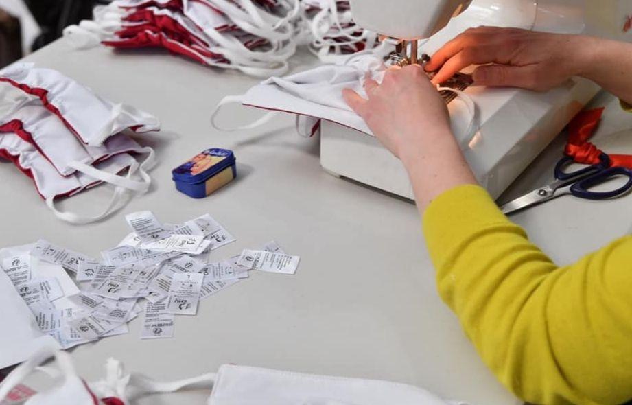 Une couturière bénévole confectionnant un masque « Garridou » dans l'atélier éphémère de la mairie de Lille.
