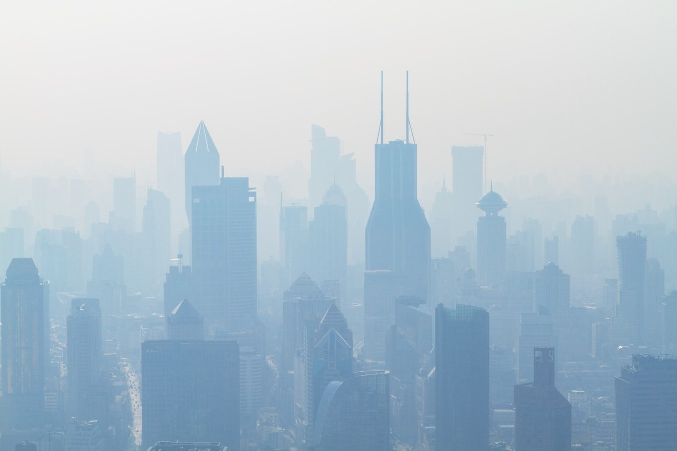La ville de Shangaï en Chine, sous un épais nuage de pollution.