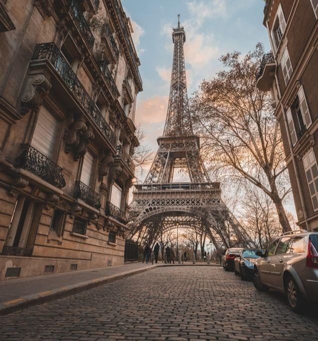 Une rue de Paris donnant sur la Tour Eiffel.